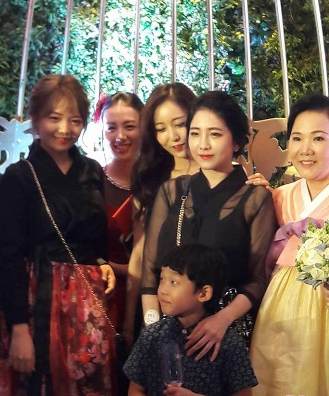 Cận cảnh nhan sắc cô em ruột kín tiếng xinh đẹp không kém Hari Won - Ảnh 24.