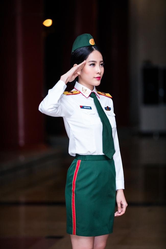 Chán gợi cảm, Nam Em bất ngờ mặc áo lính hát tình ca - Ảnh 1.