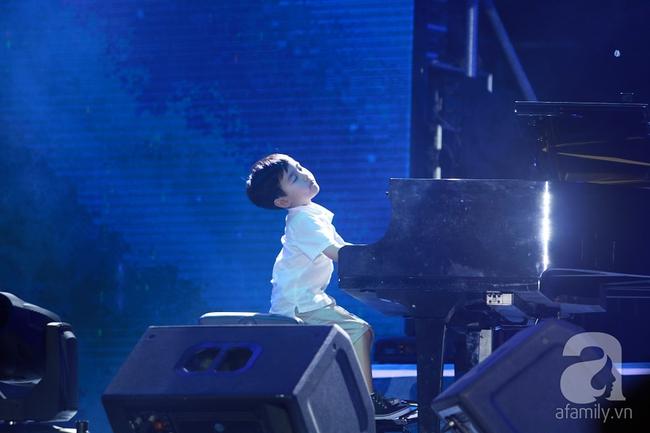 Hàng chục nghìn khán giả tại phố đi bộ vây xem Thần đồng piano Evan Le - Ảnh 7.
