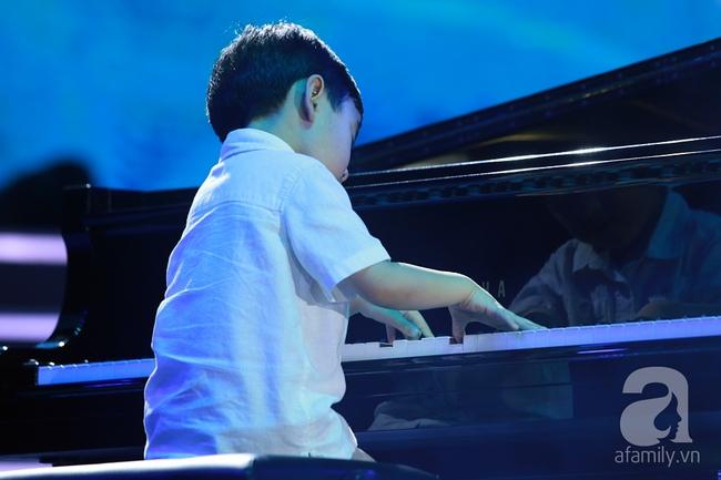 Hàng chục nghìn khán giả tại phố đi bộ vây xem Thần đồng piano Evan Le - Ảnh 6.
