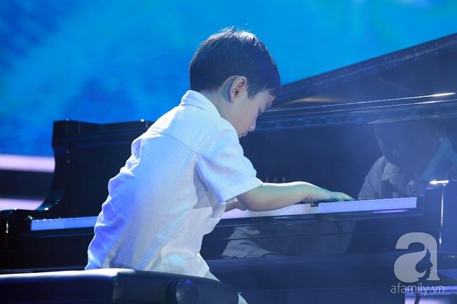 Hàng chục nghìn khán giả tại phố đi bộ vây xem Thần đồng piano Evan Le - Ảnh 5.