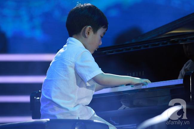 Hàng chục nghìn khán giả tại phố đi bộ vây xem Thần đồng piano Evan Le - Ảnh 4.