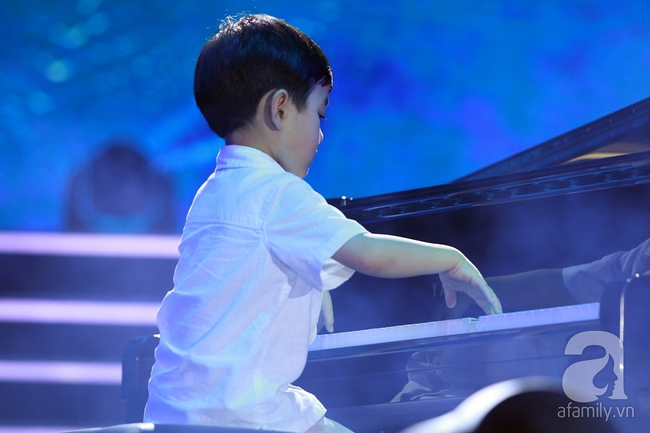 Hàng chục nghìn khán giả tại phố đi bộ vây xem Thần đồng piano Evan Le - Ảnh 3.