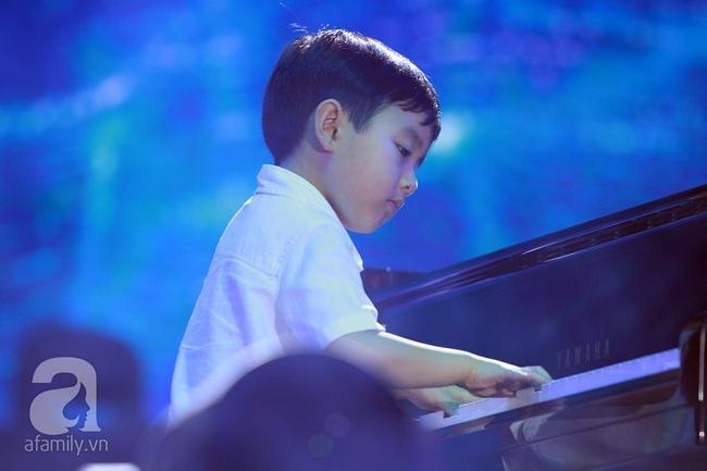 Hàng chục nghìn khán giả tại phố đi bộ vây xem Thần đồng piano Evan Le - Ảnh 2.