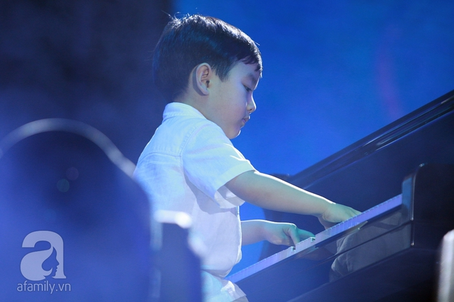Hàng chục nghìn khán giả tại phố đi bộ vây xem Thần đồng piano Evan Le - Ảnh 1.