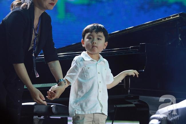 Hàng chục nghìn khán giả tại phố đi bộ vây xem Thần đồng piano Evan Le - Ảnh 8.
