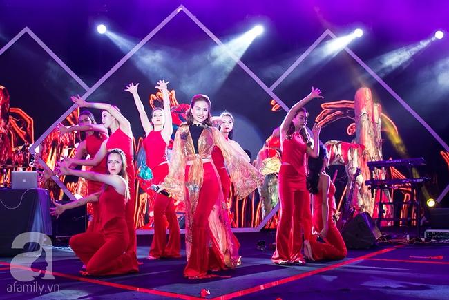 Sơn Tùng và danh ca nổi tiếng bất ngờ đổi vị trí khiến khán giả ngỡ ngàng - Ảnh 10.