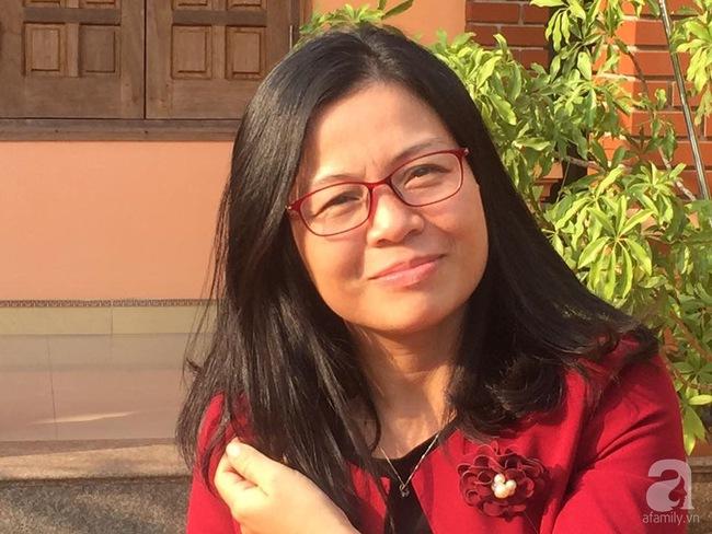 Nữ giảng viên đảm đang trồng gần trăm cây su hào củ siêu to trên sân thượng 40m² ở Hà Nội - Ảnh 1.