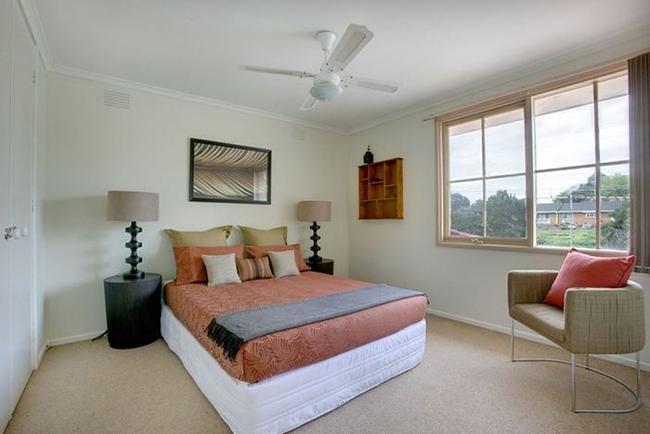 4 cách đơn giản giúp khử mùi cho phòng ngủ bí bách trở nên thơm tho thoáng sạch - Ảnh 1.