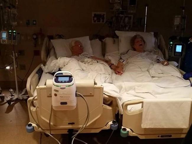 Cặp vợ chồng chung sống 64 năm qua đời khi đang nắm tay nhau