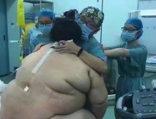 Cả ê-kíp 16 bác sĩ, ý tá hợp sức đỡ đẻ cho bà mẹ nặng hơn 1 tạ - Ảnh 2.