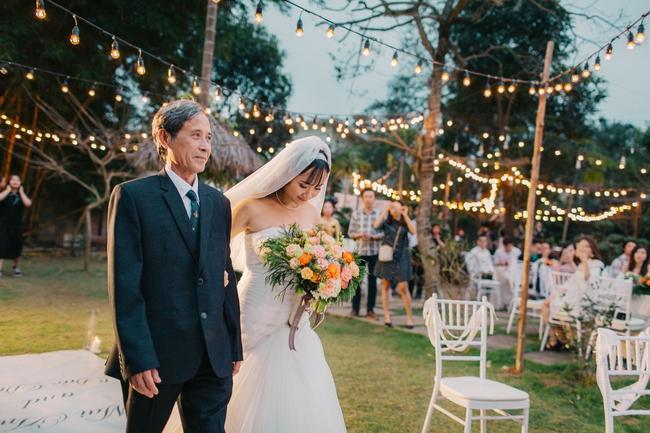 Đám cưới sân vườn xanh tươi, đẹp như mơ, khiến chú rể khô như ngói cũng tưởng được vào vai hoàng tử - Ảnh 9.