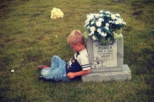Động lòng hình ảnh anh trai qua năm tháng vẫn ngồi bên nấm mộ kể chuyện cho cậu em sinh đôi - Ảnh 1.