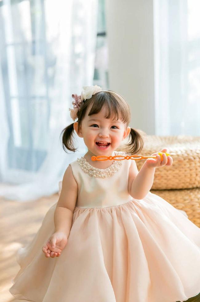 Bé gái 3 tuổi xinh xắn đốn tim hàng trăm nghìn cư dân mạng - Ảnh 3.