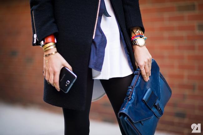 Đeo túi xách to nặng nhàm quá rồi, giờ muốn làm quý cô thời thượng thì phải cầm clutch đi làm mới chuẩn - Ảnh 2.