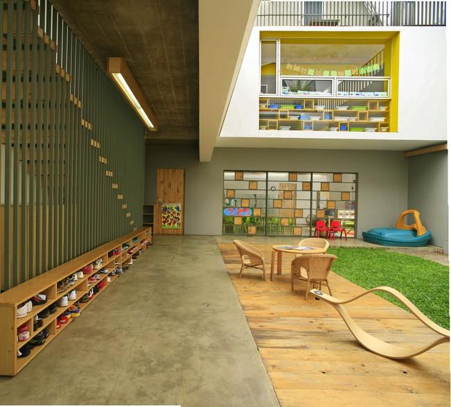 Giữa một khu vực dân cư đông đúc, vẫn có ngôi trường mầm non thoáng rộng và đầy cỏ xanh - Ảnh 1.