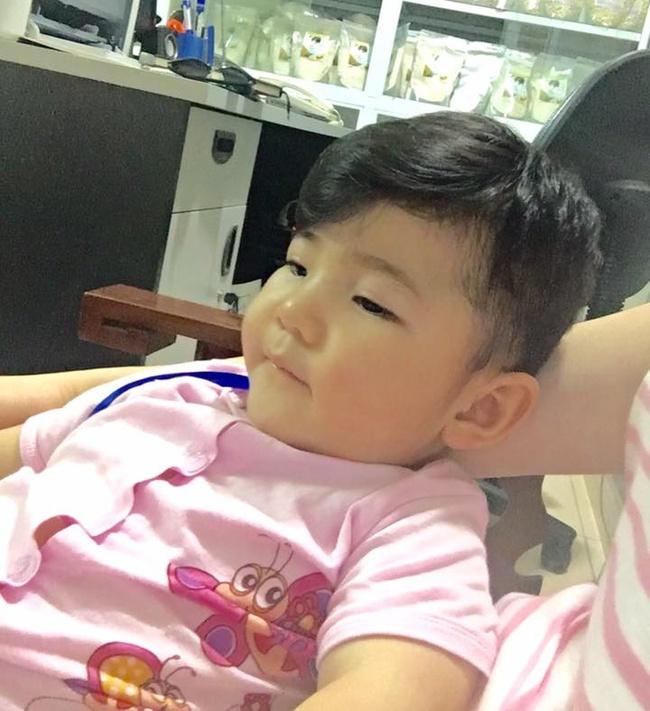 Sau gần 1 năm có mẹ nuôi, em bé Lào Cai đã tăng 10kg, bụ bẫm đáng yêu như thế này đây - Ảnh 3.