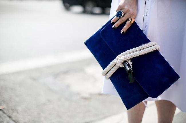 Đeo túi xách to nặng nhàm quá rồi, giờ muốn làm quý cô thời thượng thì phải cầm clutch đi làm mới chuẩn - Ảnh 13.