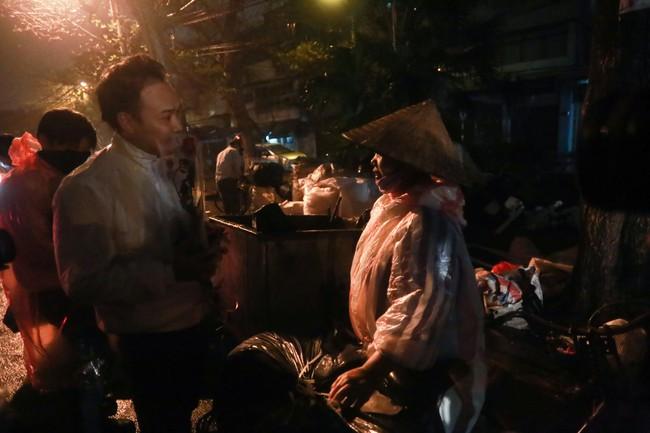Bất ngờ được người lạ tặng hoa ngày 8/3, đây là phản ứng của những phụ nữ nhặt ve chai đang dở tay mưu sinh - Ảnh 7.