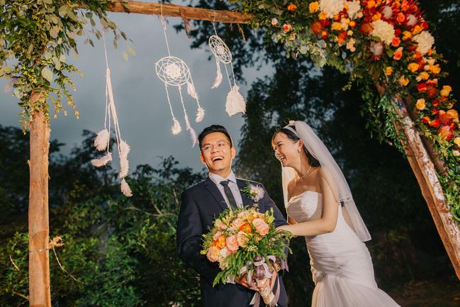 Đám cưới sân vườn xanh tươi, đẹp như mơ, khiến chú rể khô như ngói cũng tưởng được vào vai hoàng tử - Ảnh 3.
