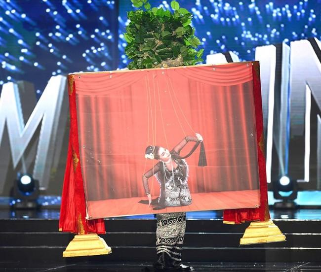 Ngắm nhìn những bộ trang phục truyền thống lộng lẫy, cầu kỳ nhất đêm Chung kết Hoa hậu Hoàn Vũ 2017 - Ảnh 10.