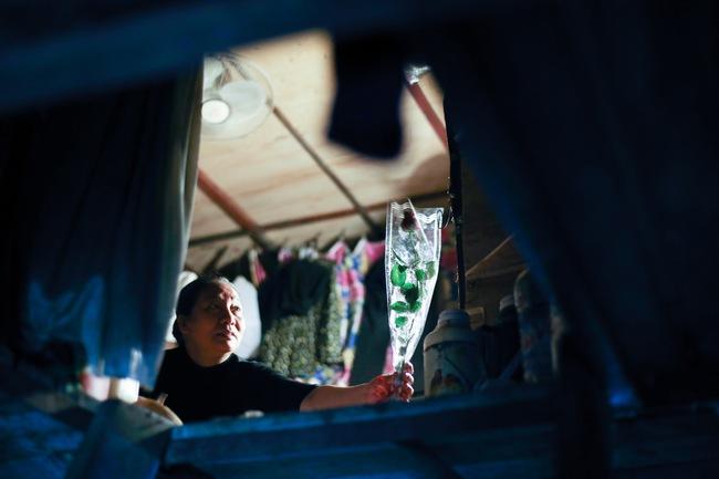 Bất ngờ được người lạ tặng hoa ngày 8/3, đây là phản ứng của những phụ nữ nhặt ve chai đang dở tay mưu sinh - Ảnh 16.