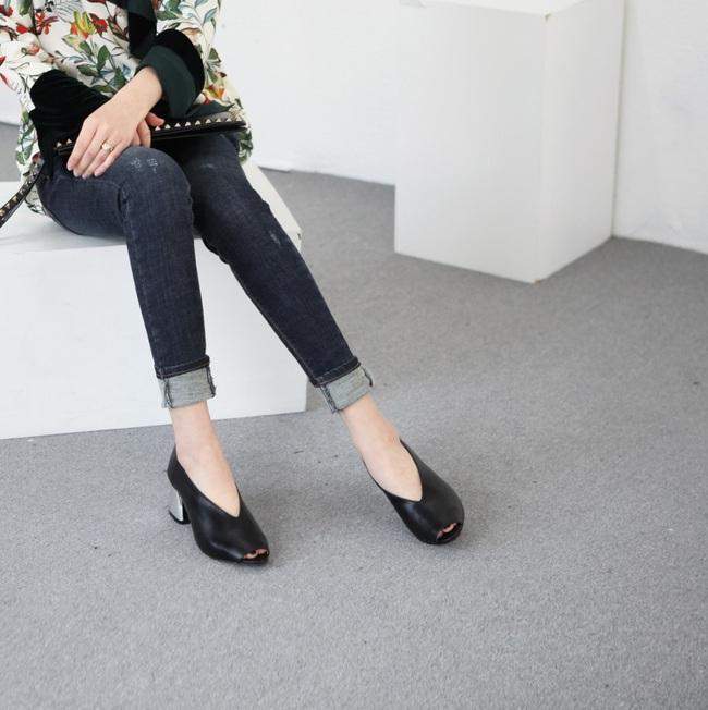 Đâu cần phải quá cầu kỳ hay sang chảnh, giày V-line đơn giản lại là thiết kế khiến nàng công sở không thể làm ngơ - Ảnh 13.