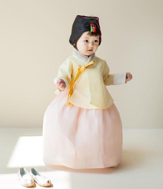 Bé gái 3 tuổi xinh xắn đốn tim hàng trăm nghìn cư dân mạng - Ảnh 11.