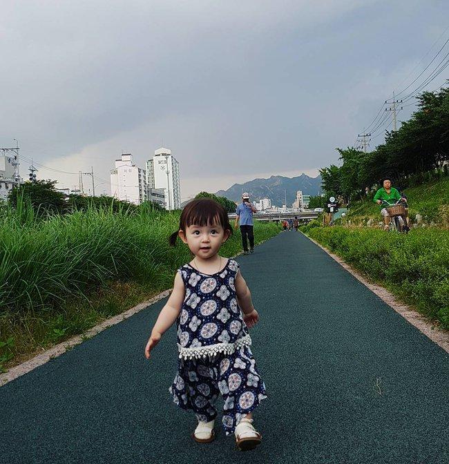 Bé gái 3 tuổi xinh xắn đốn tim hàng trăm nghìn cư dân mạng - Ảnh 18.