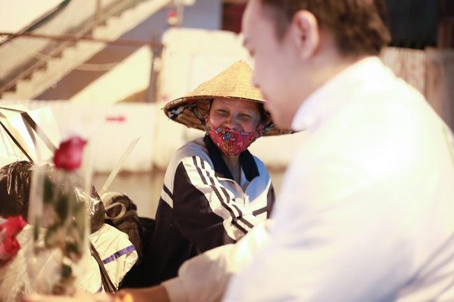 Bất ngờ được người lạ tặng hoa ngày 8/3, đây là phản ứng của những phụ nữ nhặt ve chai đang dở tay mưu sinh - Ảnh 10.