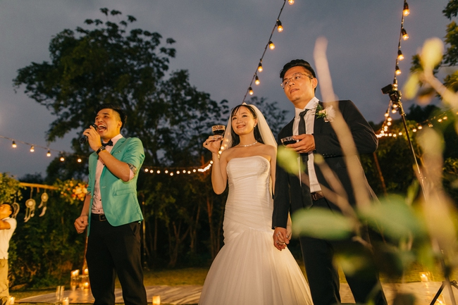 Đám cưới sân vườn xanh tươi, đẹp như mơ, khiến chú rể khô như ngói cũng tưởng được vào vai hoàng tử - Ảnh 12.