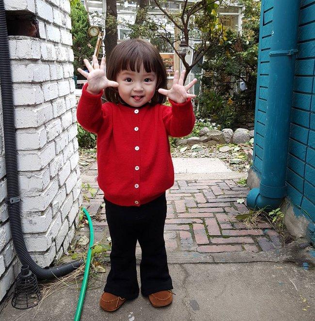 Bé gái 3 tuổi xinh xắn đốn tim hàng trăm nghìn cư dân mạng - Ảnh 15.
