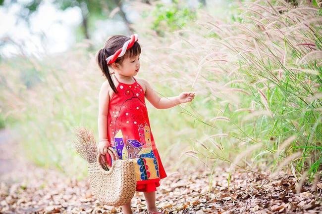 Khi các bé xúng xính trong tà áo dài ngày Tết, mẹ như thấy cả mùa xuân - Ảnh 26.