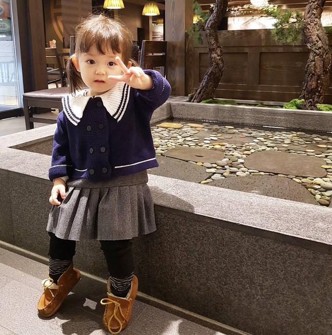 Bé gái 3 tuổi xinh xắn đốn tim hàng trăm nghìn cư dân mạng - Ảnh 4.
