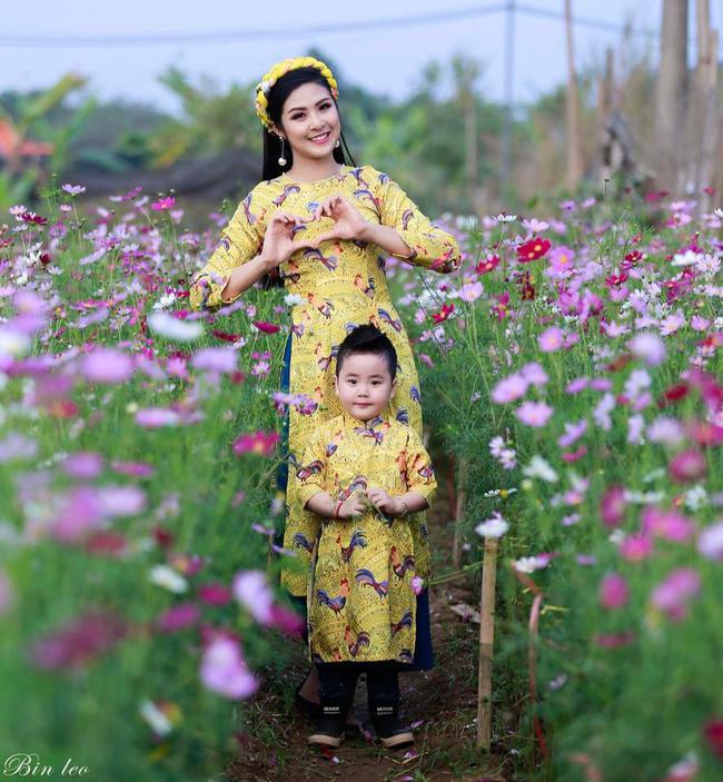 Khi các bé xúng xính trong tà áo dài ngày Tết, mẹ như thấy cả mùa xuân - Ảnh 1.