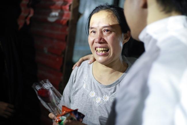Bất ngờ được người lạ tặng hoa ngày 8/3, đây là phản ứng của những phụ nữ nhặt ve chai đang dở tay mưu sinh - Ảnh 15.