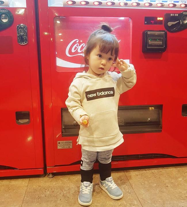 Bé gái 3 tuổi xinh xắn đốn tim hàng trăm nghìn cư dân mạng - Ảnh 13.