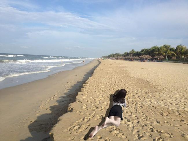 Nằm nhà tạo dáng nhờ dân mạng chỉnh ảnh đang ở bãi biển, cô nàng lại ăn quả đắng - Ảnh 12.