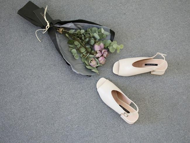 Đâu cần phải quá cầu kỳ hay sang chảnh, giày V-line đơn giản lại là thiết kế khiến nàng công sở không thể làm ngơ - Ảnh 17.