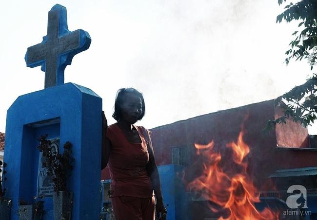 """Người đàn bà bất hạnh """"sinh bảy chết năm"""", sống ở nghĩa trang 21 năm trời ngay giữa Sài Gòn 1"""