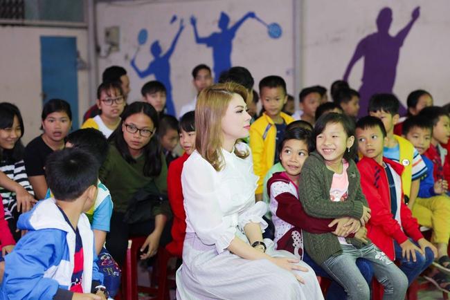 Thanh Thảo rạng rỡ cùng bạn trai Việt kiều đến Đà Nẵng làm từ thiện - Ảnh 4.