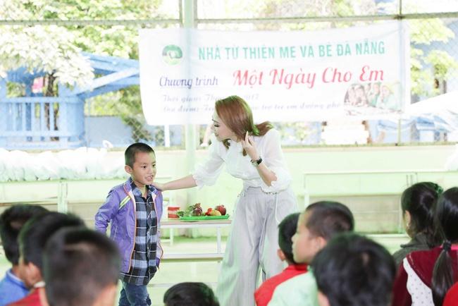 Thanh Thảo rạng rỡ cùng bạn trai Việt kiều đến Đà Nẵng làm từ thiện - Ảnh 5.