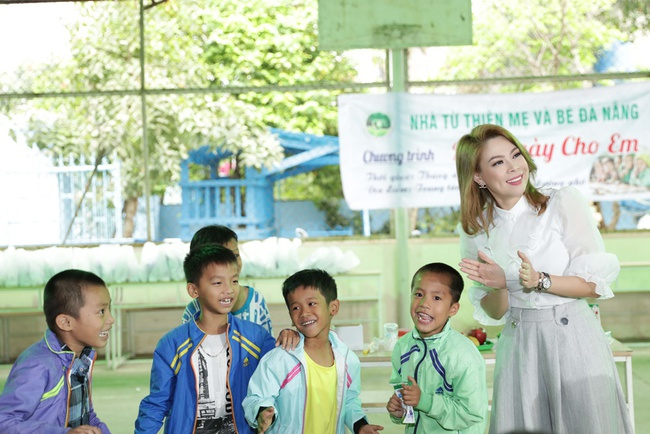 Thanh Thảo rạng rỡ cùng bạn trai Việt kiều đến Đà Nẵng làm từ thiện - Ảnh 6.