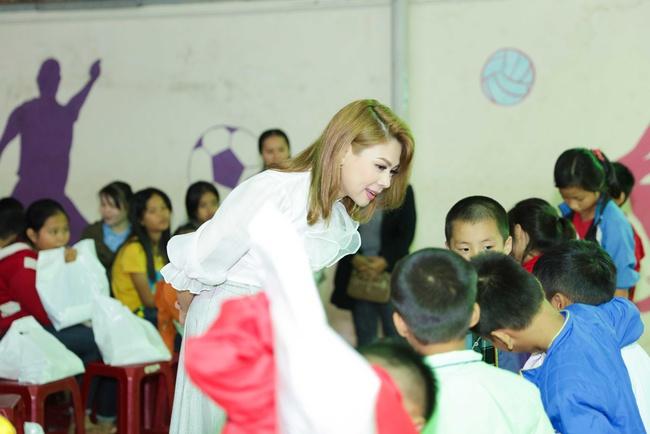 Thanh Thảo rạng rỡ cùng bạn trai Việt kiều đến Đà Nẵng làm từ thiện - Ảnh 7.