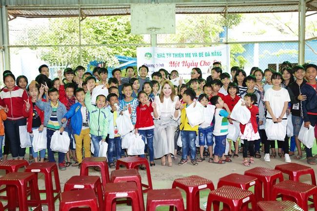 Thanh Thảo rạng rỡ cùng bạn trai Việt kiều đến Đà Nẵng làm từ thiện - Ảnh 9.