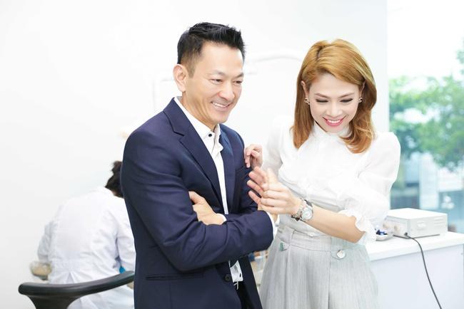 Thanh Thảo rạng rỡ cùng bạn trai Việt kiều đến Đà Nẵng làm từ thiện - Ảnh 2.