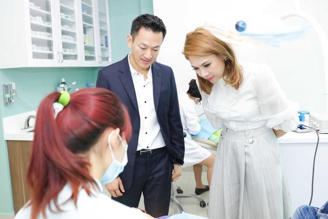 Thanh Thảo rạng rỡ cùng bạn trai Việt kiều đến Đà Nẵng làm từ thiện - Ảnh 3.