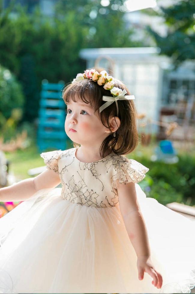 Bé gái 3 tuổi xinh xắn đốn tim hàng trăm nghìn cư dân mạng - Ảnh 2.