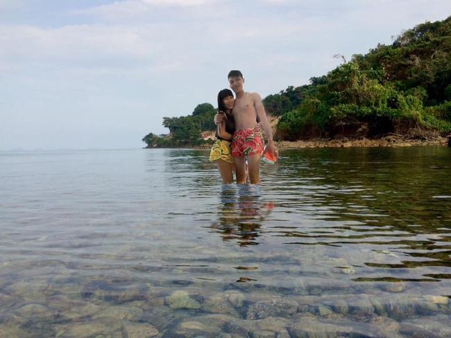 Cặp đôi quần đùi dưa hấu nhờ chỉnh ảnh đang đứng ở biển, và cái kết... - Ảnh 2.