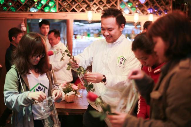 Bất ngờ được người lạ tặng hoa ngày 8/3, đây là phản ứng của những phụ nữ nhặt ve chai đang dở tay mưu sinh - Ảnh 2.